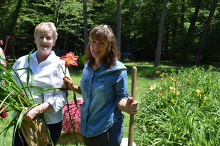 Picture of Minnie Bob with Suzanne Franklin, the owner fo Jungle Paradise Daylily Farm.